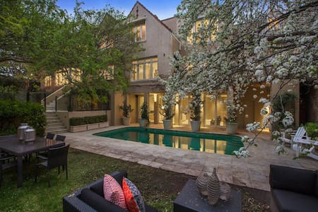 Luxurious Mansion with everything - Eaglemont
