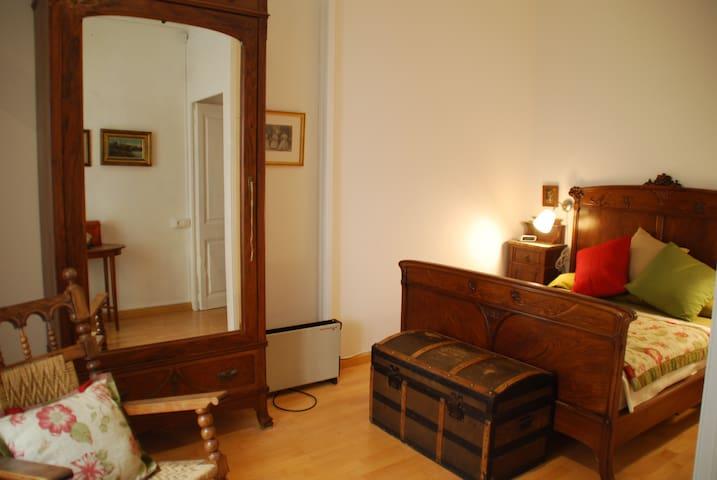 Amplia habitación en el corazón de Gràcia.