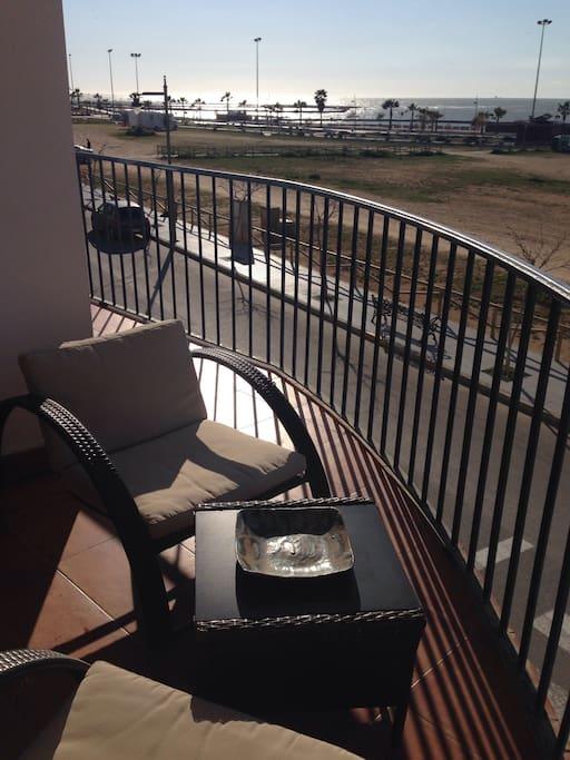 Balcón con salida desde el salón para no tener que subir a la terraza privada.
