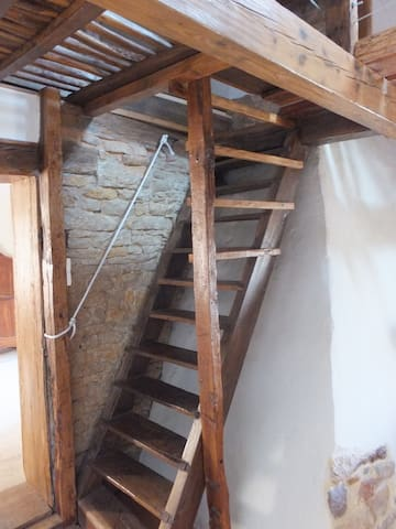 escalier de meunier menant chambre 4 et 5. Inapproprié pour enfant de moins de 10 ans.