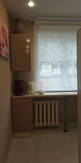 кухня: холодильник, чайник, плита, все что необходимо)
