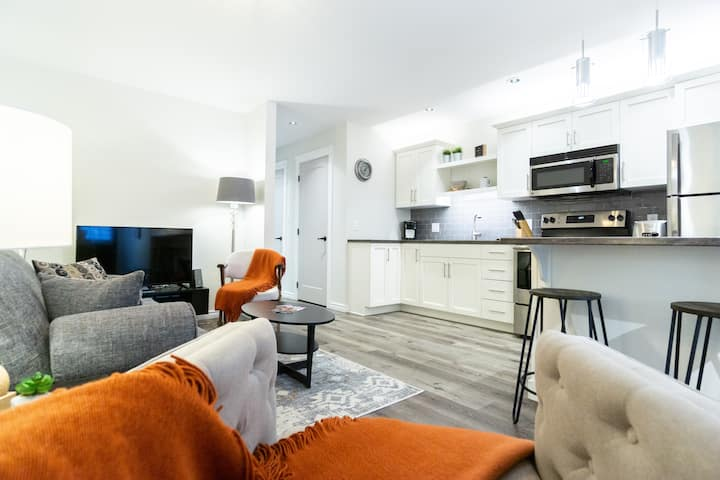The Elm,  Modern Apartment-  Suite 2