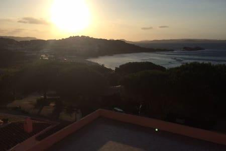 Baja Sardinia - Bilocale con splendida vista mare - Baja Sardinia - Apartemen