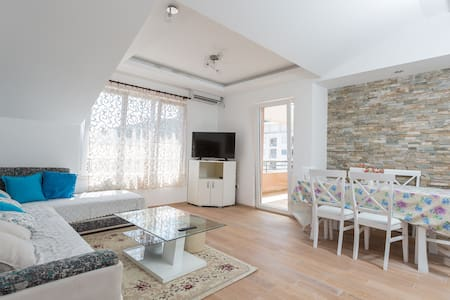 3-bedrooms, 8 persons, 500m to beach (413) - Budva
