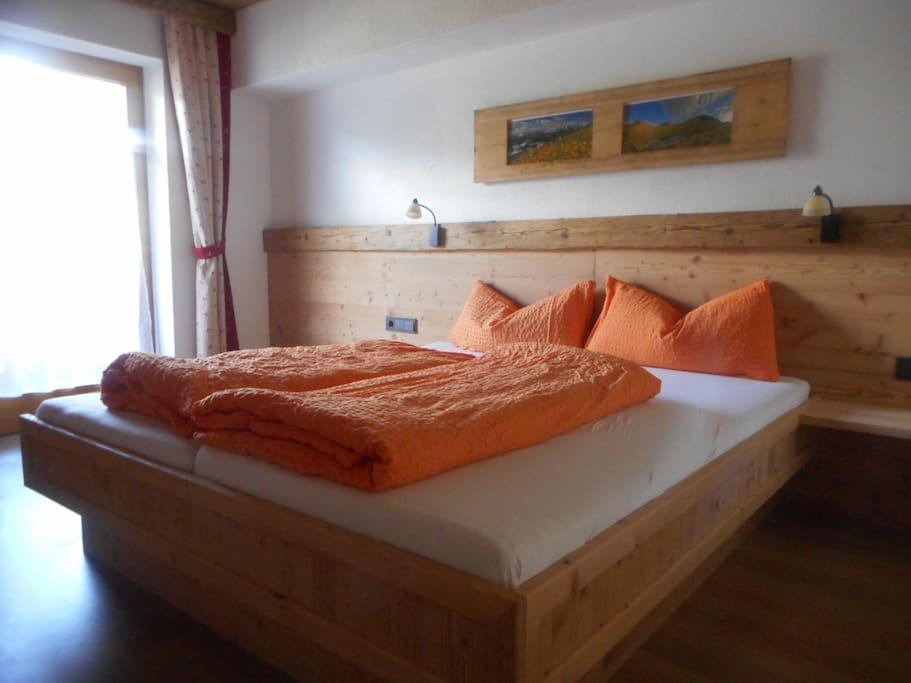 Schlafzimmer rustikal,vom Hausherrn selbst gemacht in liebevoller Tischlerarbeit,Altholz verarbeitet im neuen  Appartment