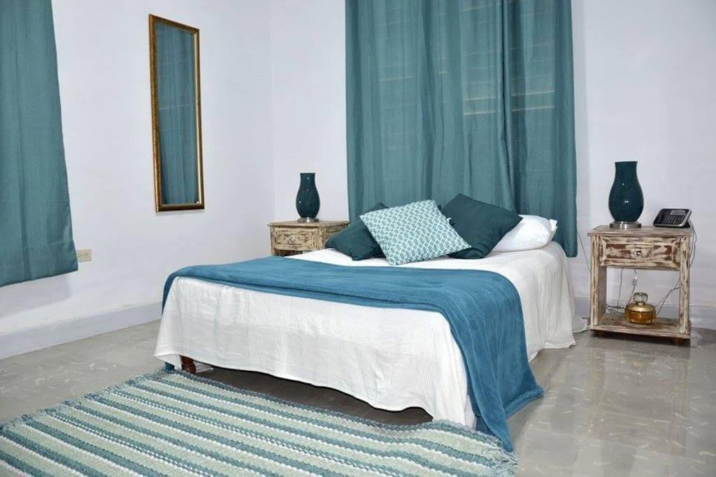 Habitacion con cama matrimonial ( full ), sistema de aire acondicionado ( split ), tv , armario con caja fuerte