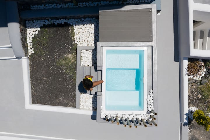 Occhio santorini with heated jacuzzi,yellow house!