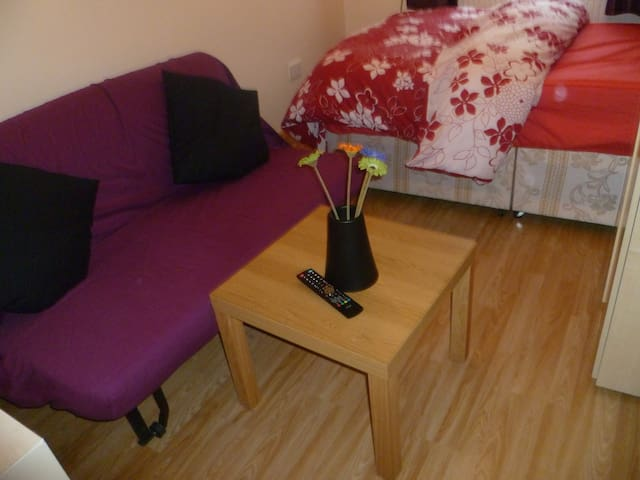 LONDON BUDGET  1 BED APARTMENT, SLEEPS 2-5.