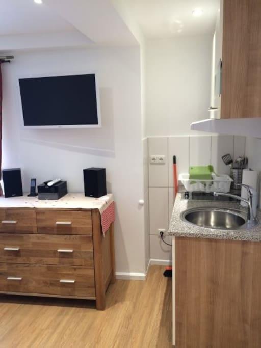 kleine Küche, Musikanlage und TV