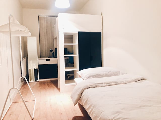 Clean single room close to O2 arena (women only)