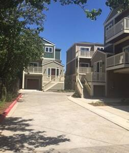 Awesome 3 Bedroom 3 Bath Home by Main St! - Pleasanton - Dům