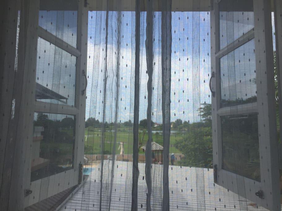 早起窗外的蓝天和稻田,亦虚幻亦真实,和你看到的清迈是不是一样