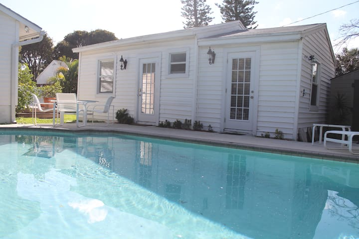 COTTAGE RENOVATED WITH SWIMMING POOL - Lake Worth - Hus