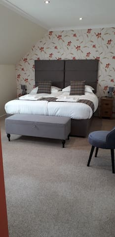 Superking/twin suite with loch view (up to 4 ppl)
