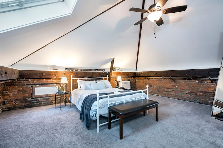 Enjoy this remodeled carriage house loft all to yourself! Right next door to restaurants, bars, and the historic German Village! Grocery and fast food options also available nearby!