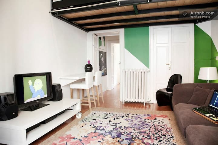 Pop Flat with Parking in Milan Shopping District