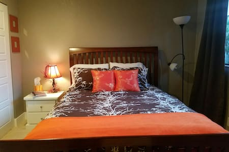 Comfortable room in family home in Mill Creek. - Bothell