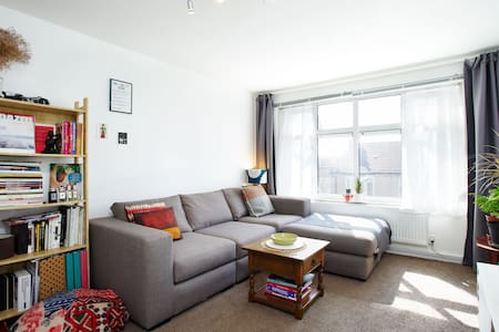 Modern spacious & clean flat close to central line - Ilford - Wohnung