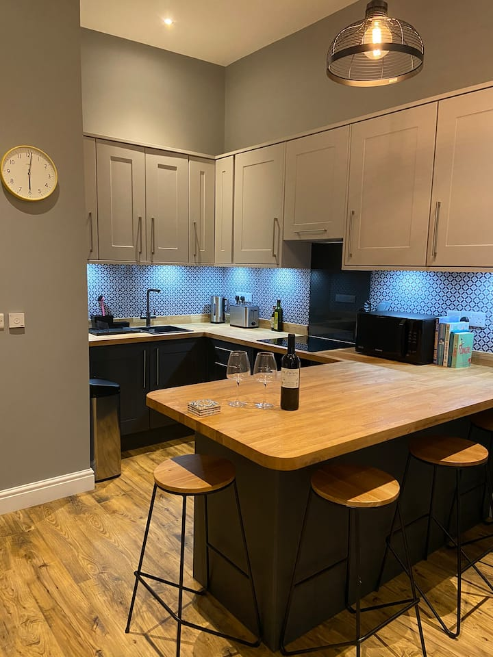 *NEW* Stylish central Tenby apartment | Parking