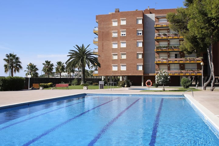 AT092 ELS PINS I: Apartment on the seafront with 4 communal pools