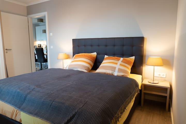 Das bequeme und große Bett im großen Schlafzimmer.