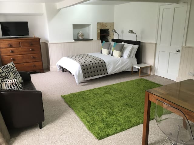 Beautiful Garden Flat Grade II Bath