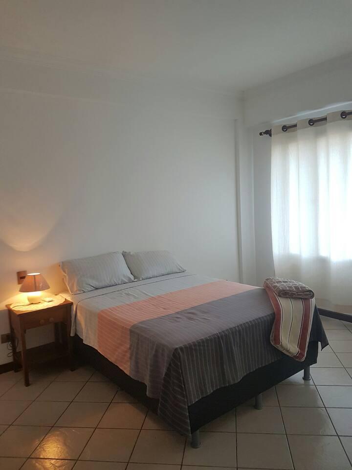 Dormitorio con baño privado, Ropero empotrado, vestidor, con vista a la calle, buena ventilacion natural, cuenta tambien con aire acondicionado.