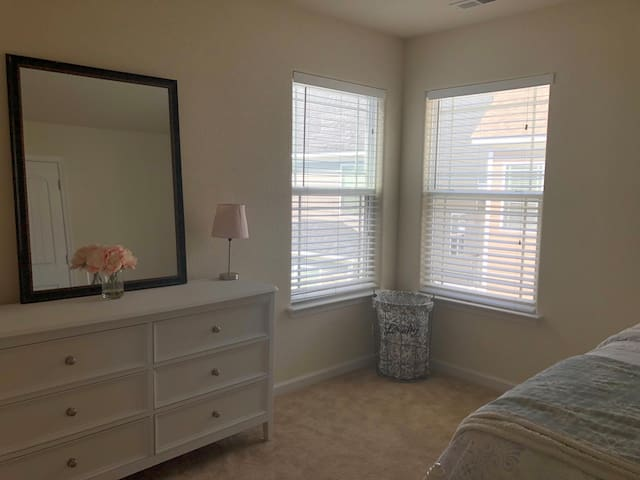 Clean quiet room in New home, mins to Town Center