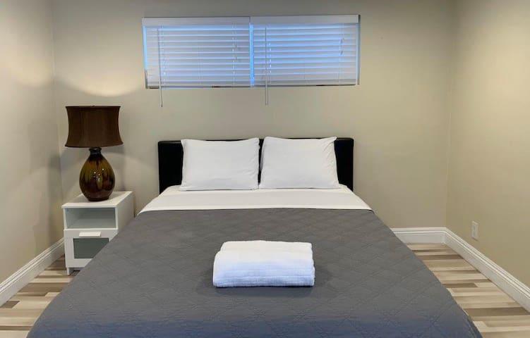 Big Private Room with TV near Disney/Upscale Area