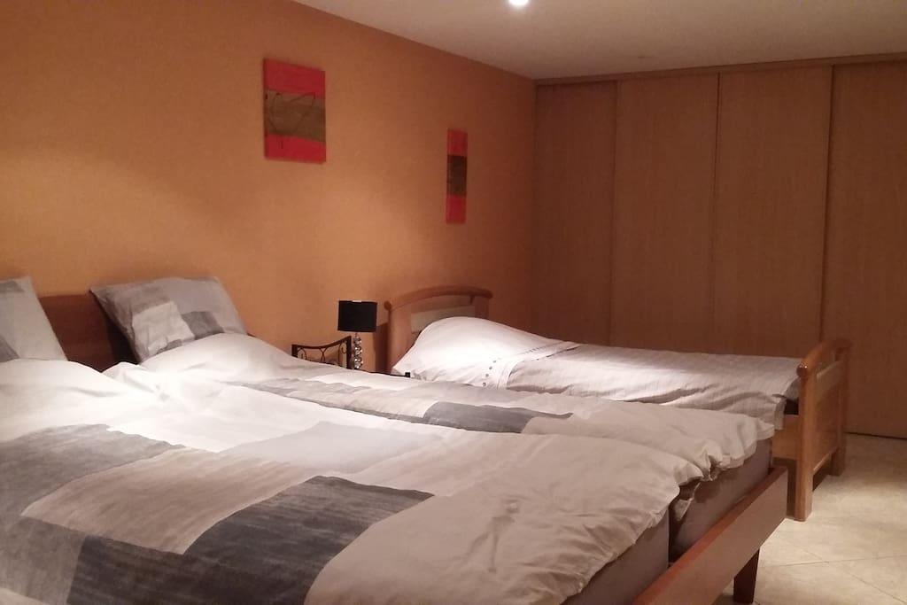 grande chambre 3 ou 4 pers sdb privative maison maisons louer andolsheim alsace. Black Bedroom Furniture Sets. Home Design Ideas