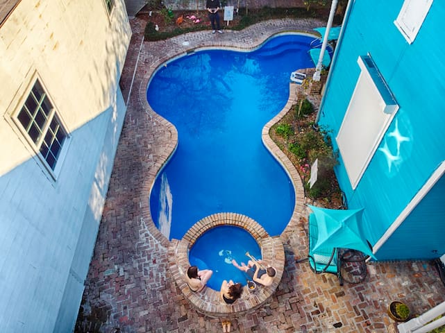 8BR-Best Location! Heated Pool, Jacuzzi, Spa & Gym