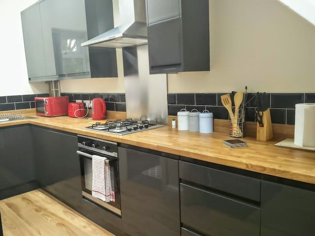 Duplex modern apartment close to Curry Mile