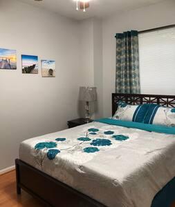 Private cozy rm in estate home near IAD & Reston