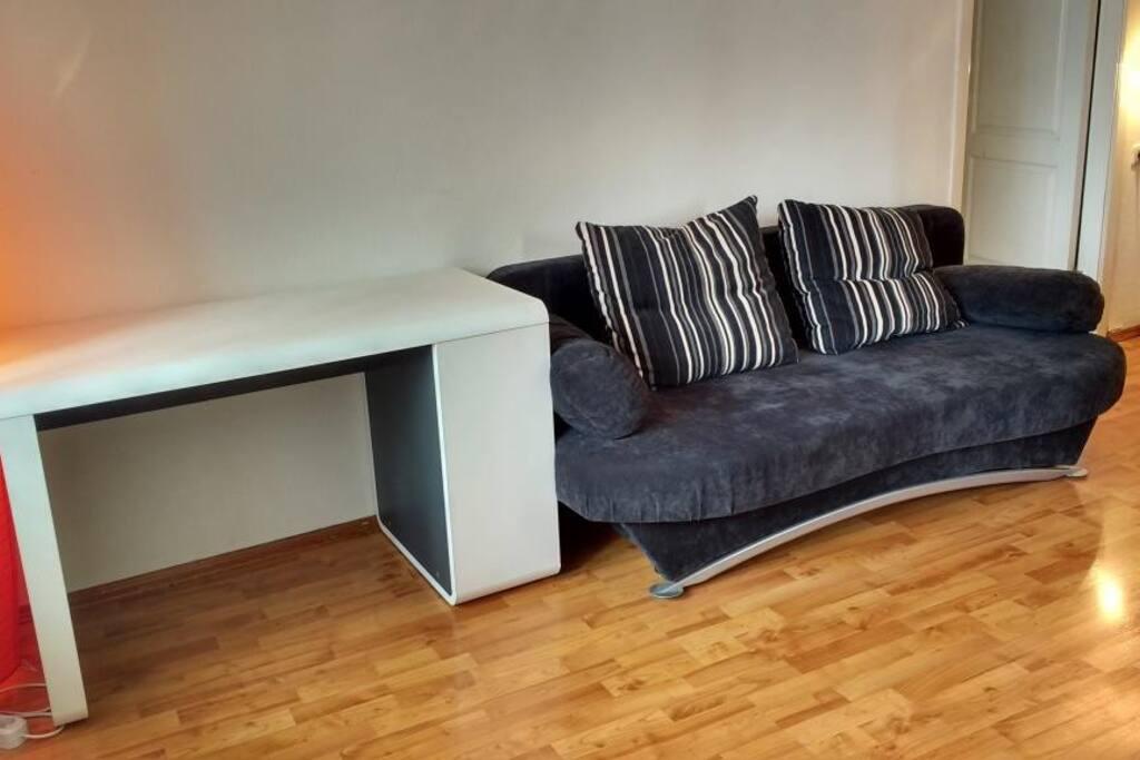 Гостиная: диван, стол, две лампы, шкаф
