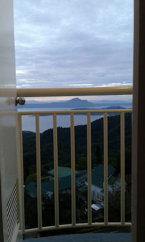 Tagaytay Lakeview Condotel with cable&wifi
