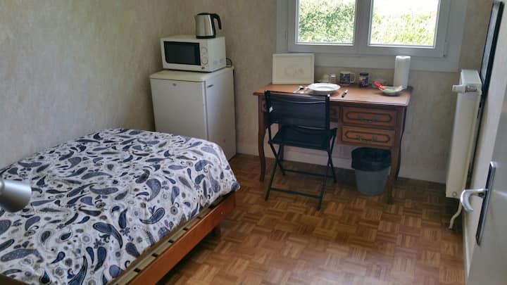 Chambre dans maison à côté parc expo et usine PSA