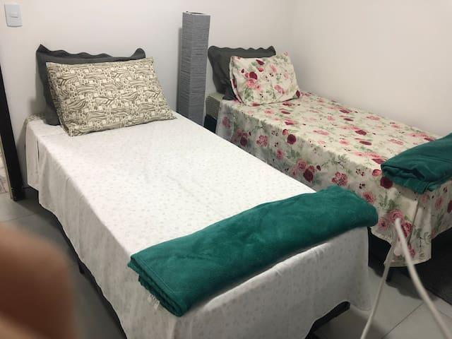 Quarto da frente com ar condicionado e black out com duas camas de solteiro, que podem ser unidas para formar uma de casal. Travesseiros e colchões novos com protetores. **** Favor levar roupa de cama.