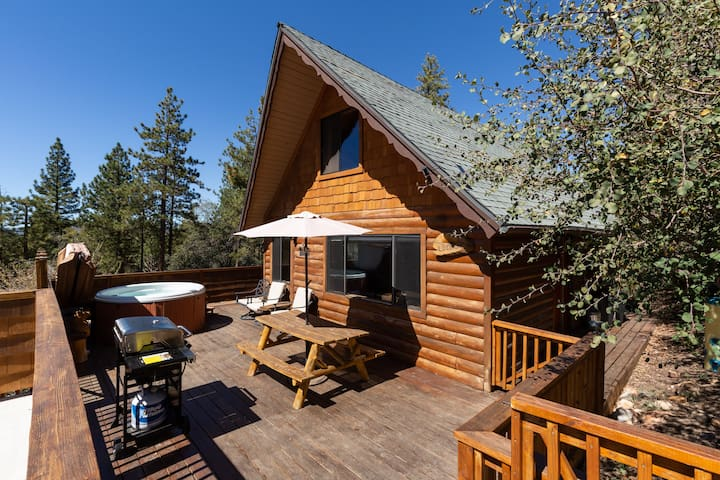 Cozy Cabin, Sunset Mountain Views, Hot Tub, Wifi