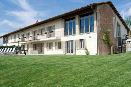 Large Barolo farmhouse with pool among the vines - Novello - Rumah