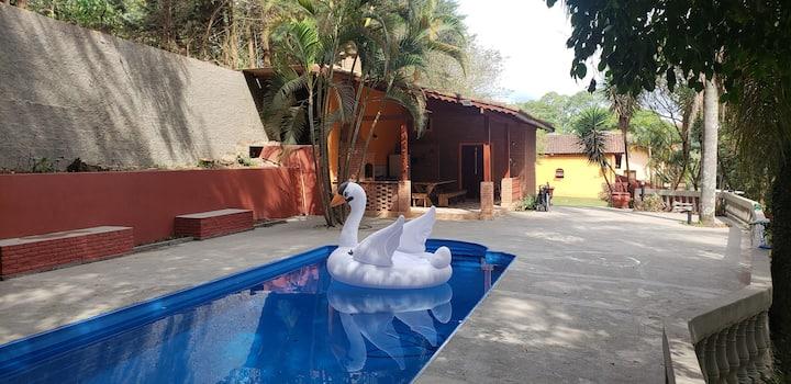 Chácara com piscina e acesso a represa