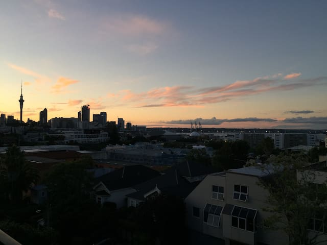 Q-size bed in Stunning Harbour-view private room - Auckland - Daire