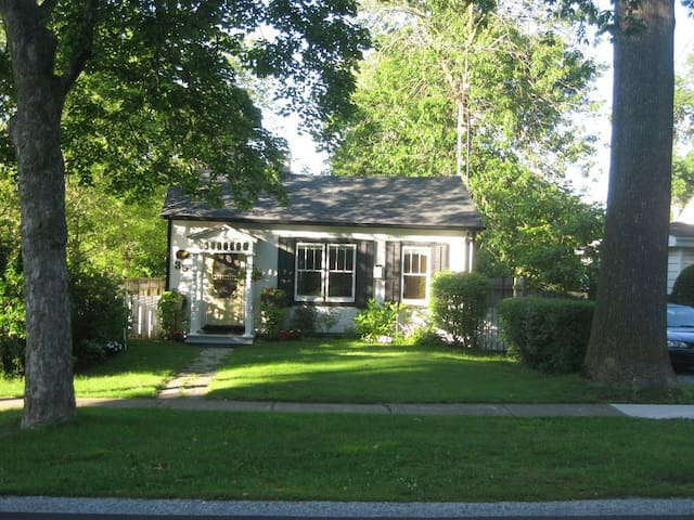 Historic 1835 Cottage, paces from Centre & Shaw.