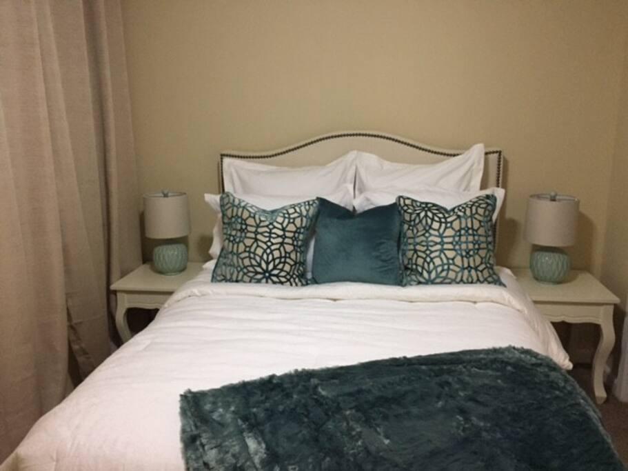 Large Bedroom, Queen Bed