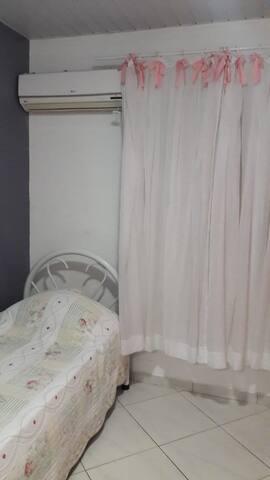 Quarto privado com cama solteiro e ar condicionado