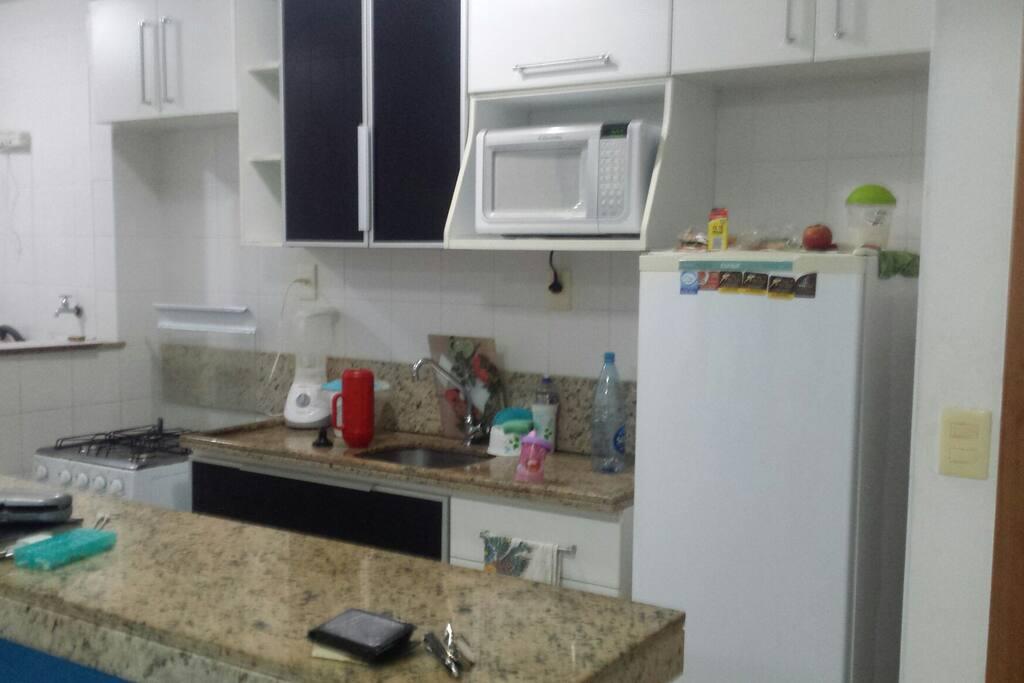 Cozinha com geladeira. Micro. Fogao e utensilhos