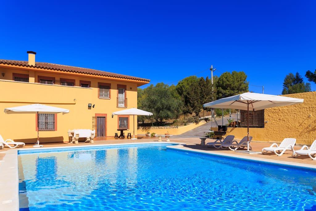 Gran casa con piscina hutb 013329 ville in affitto a for Casas con piscina barcelona