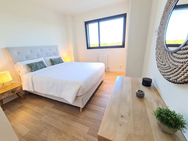 Master bedroom with ensuite bathroom and King size bed (160cm)