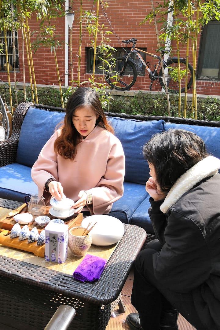 店长燕燕为客人展示茶艺