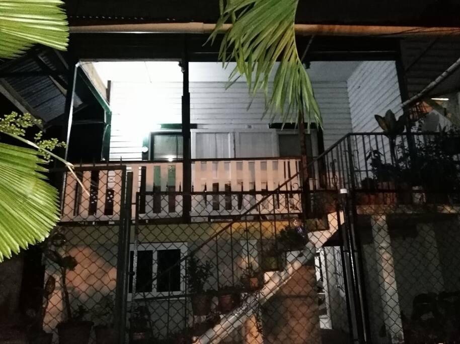 Casa de madera antigua de dos niveles, casa historica de la ciudad de La Ceiba. (Abajo, ventana del dormitorio disponible)