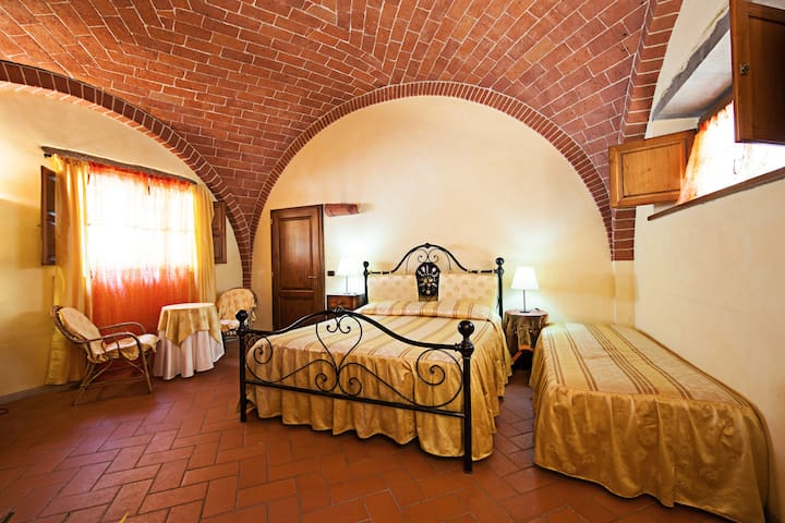 Beautiful room in Tuscany for 3 o 4 people - Sinalunga - House